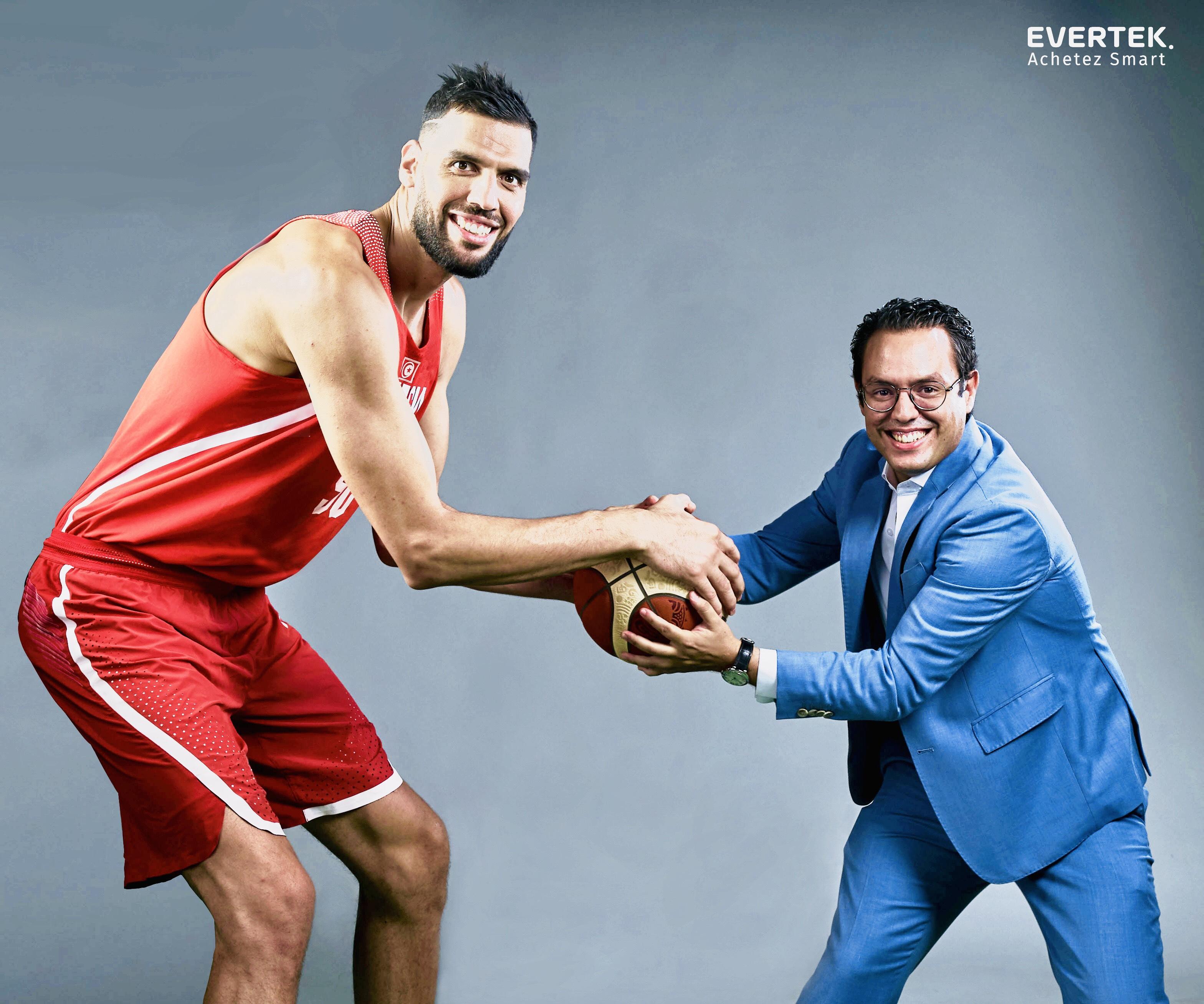 En image : Amine Chouaieb, PDG de Cellcom avec la star du basket Salah Mejri